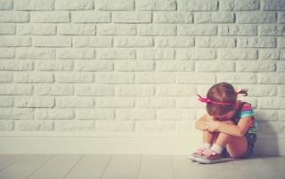 in elkaar gedoken meisje - onmacht als ouder